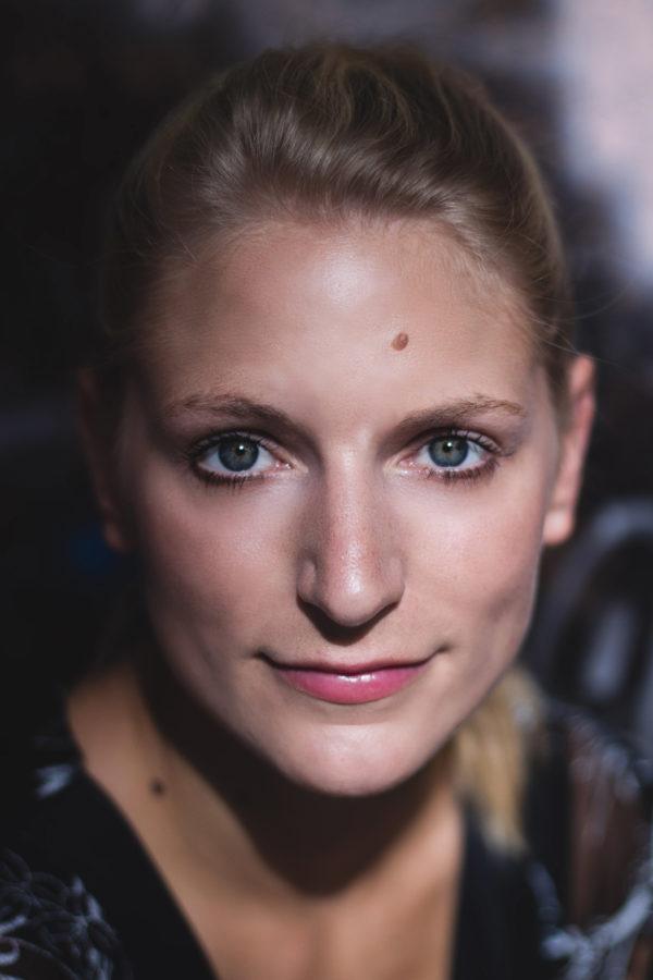 Portrait von Musicaldarstellerin und Choreographin Nadja Görts